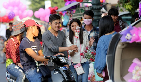 Gioi tre Campuchia bi cam tron hoc, hen ho trong ngay Valentine hinh anh 1