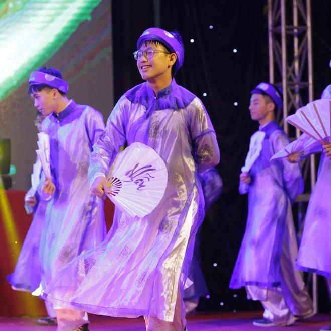 Nu sinh truong Phan Boi Chau khoe sac trong trang phuc truyen thong hinh anh 11