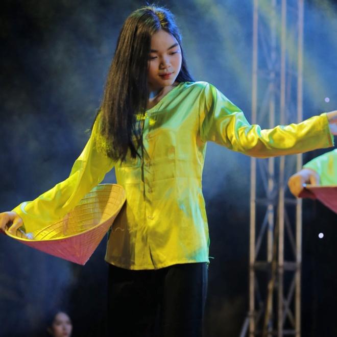 Nu sinh truong Phan Boi Chau khoe sac trong trang phuc truyen thong hinh anh 7