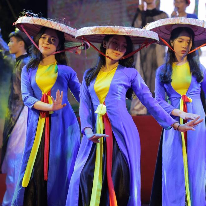 Nu sinh truong Phan Boi Chau khoe sac trong trang phuc truyen thong hinh anh 12