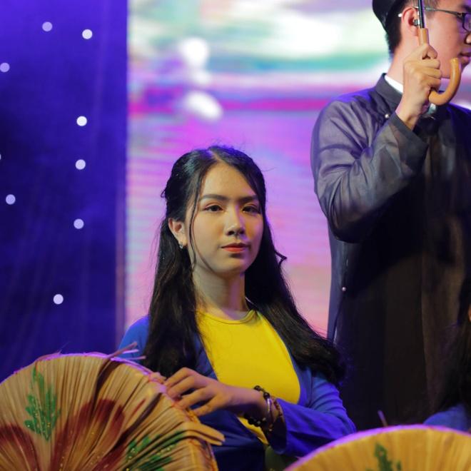Nu sinh truong Phan Boi Chau khoe sac trong trang phuc truyen thong hinh anh 5