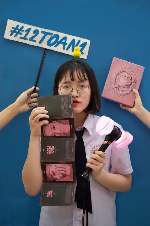 Học sinh chuyên Toán chụp kỷ yếu cùng lightstick của Black Pink