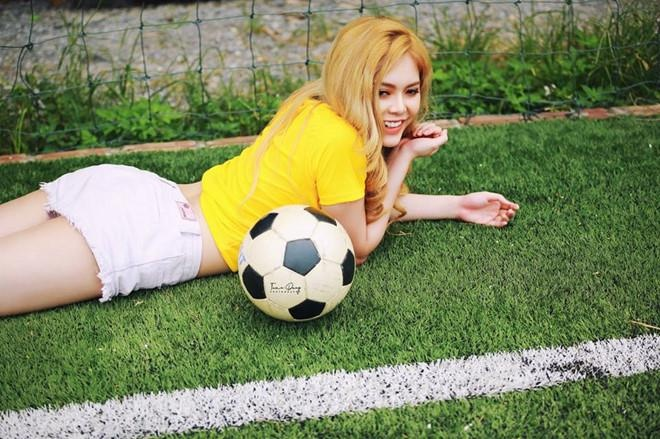 'Hot girl World Cup': Ke tham gia dong phim, nguoi tu so voi Chi Pu hinh anh 12