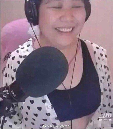 Nu streamer Trung Quoc khien fan 'het hon' khi vo tinh lo 'mat that' hinh anh 1