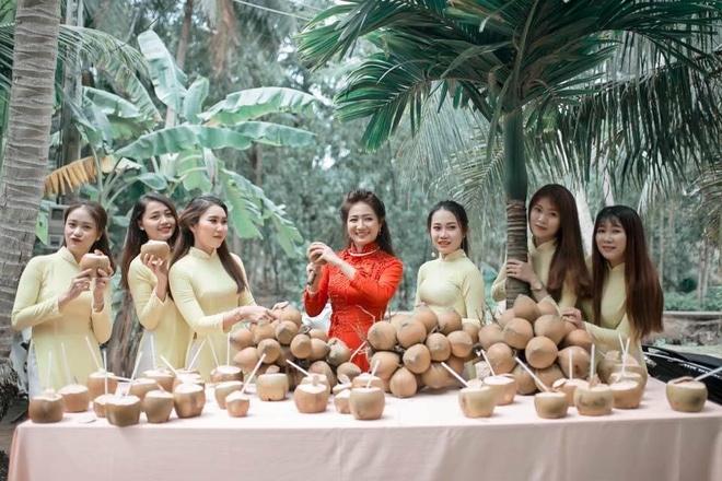 Đi hỏi vợ Bến Tre, nhà trai bị 'thách' uống 100 trái dừa