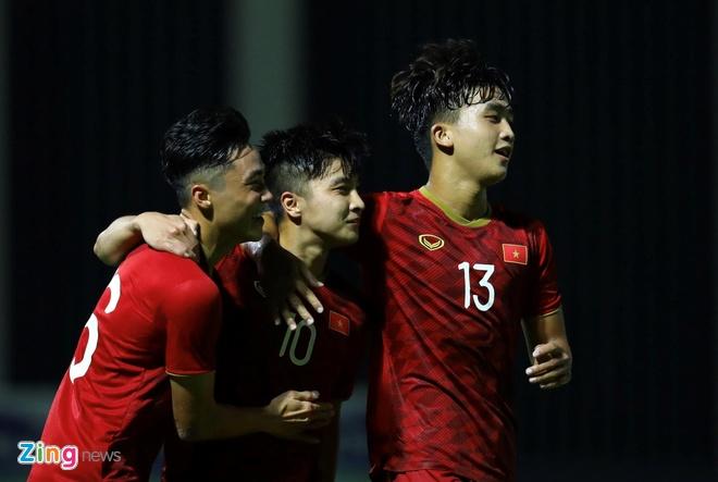 Van Lam, Danh Trung va cac cau thu don tim fan nu bang tai dan hat hinh anh 8