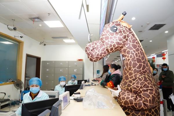 Bao ho 'tan rang', dem tien di giat vi so virus corona hinh anh 4 209.jpg