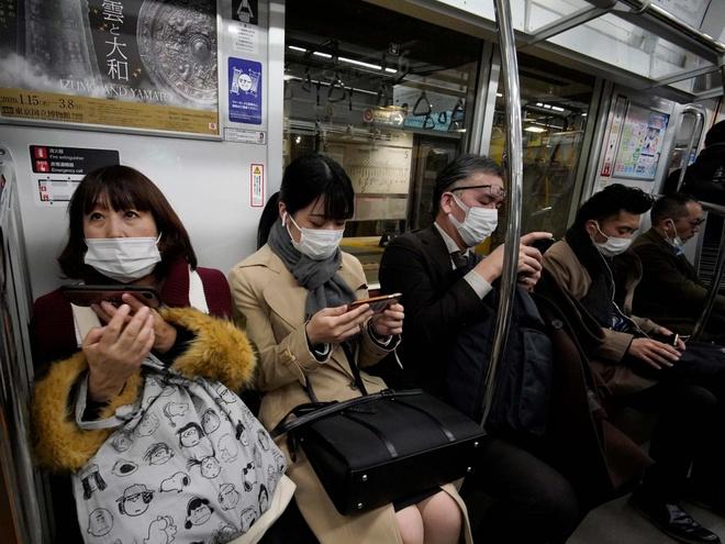 Bao ho 'tan rang', dem tien di giat vi so virus corona hinh anh 1 japan_train_coronavirus.jpg