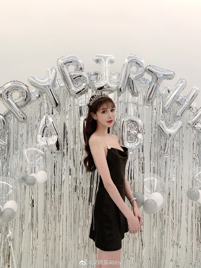 Hot girl Trung Quoc noi 'phau thuat tham my 300 lan' tu nam 14 tuoi hinh anh 3 49692c8fly1gcnn8b74o7j21o0280hdu.jpg