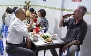 Cuu Tong thong Obama tuong nho dau bep Anthony Bourdain tren Twitter hinh anh
