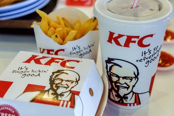 KFC Singapore ngung su dung coc va ong hut nhua nham bao ve moi truong hinh anh