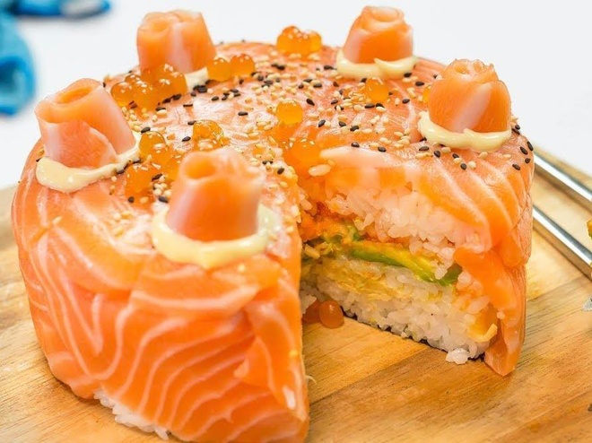 'Choi lon' lam sushi ca hoi phien ban banh sinh nhat hinh anh