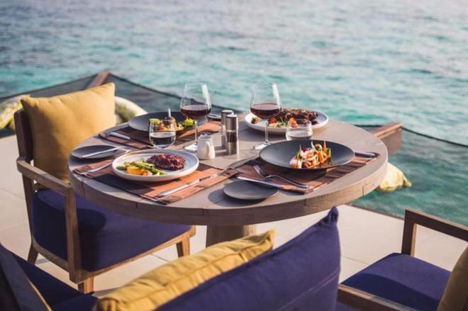 Trai nghiem bua toi cao cap tai nha hang giua bien xanh Maldives hinh anh
