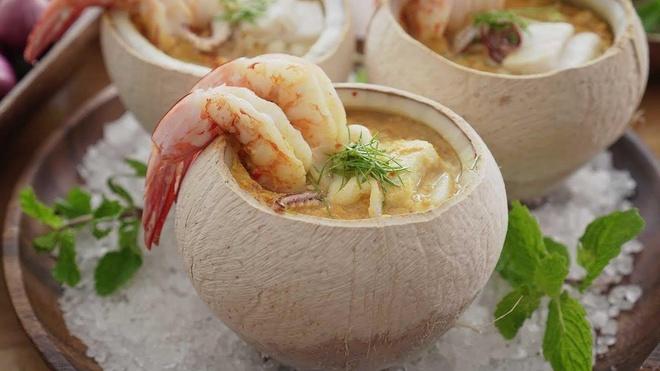 Lẩu hải sản ngập trong quả dừa tươi ngon khó cưỡng