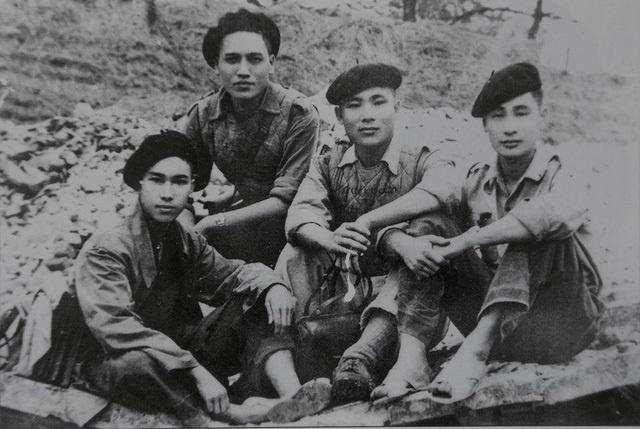 Quang Dung va mot Tay Tien khong o trong tho anh 2