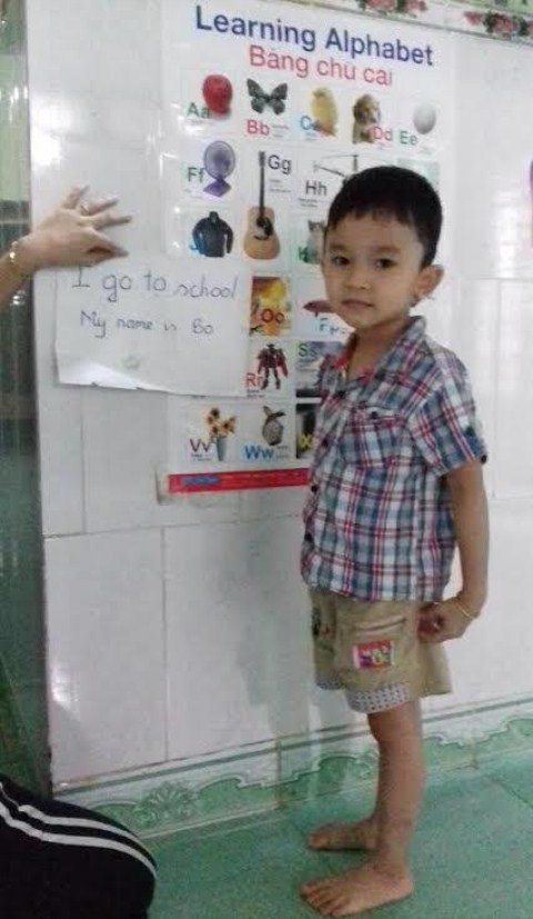 Be 4 tuoi doc tieng Anh vanh vach du chua duoc day hinh anh 1