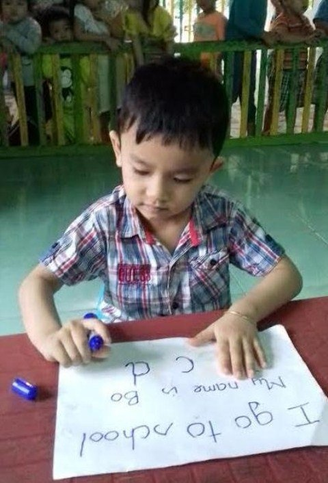 Be 4 tuoi doc tieng Anh vanh vach du chua duoc day hinh anh 2