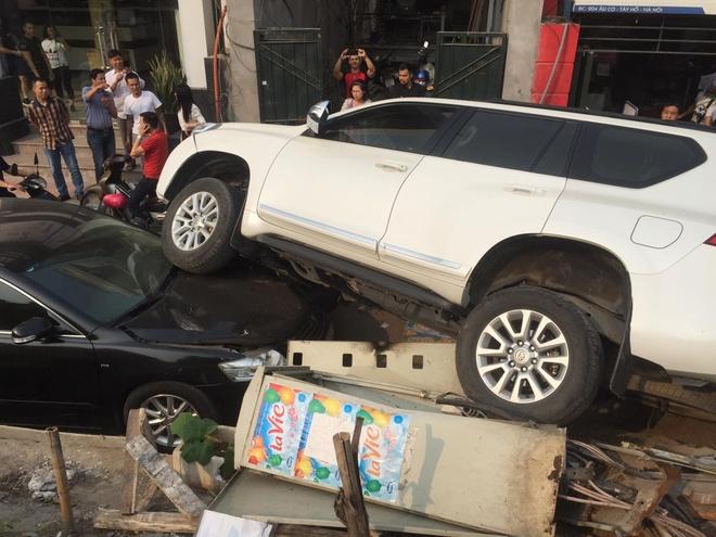 Leo doc mat lai, xe Toyota Prado bay khoi de lao vao xe Camry hinh anh 1