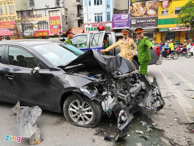 Mazda 3 vo nat sau tai nan lien hoan tren pho hinh anh 1