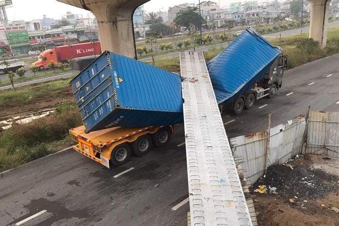 Cầu vượt bộ hành tại TP.HCM sập do làm sai thiết kế