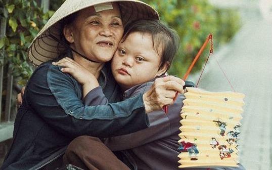 Be gai don Trung thu cung me ben le duong Sai Gon hinh anh
