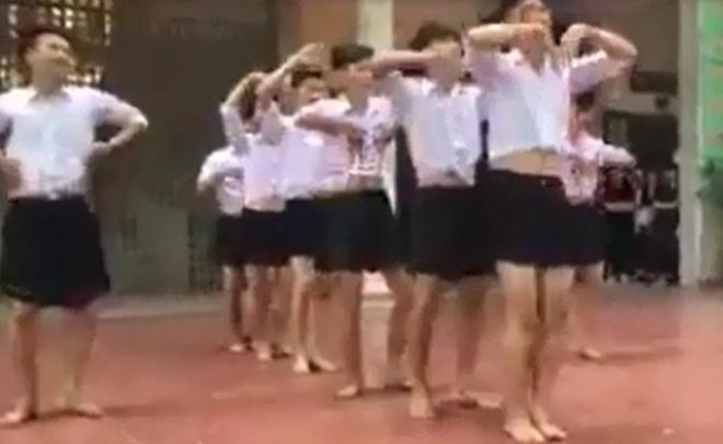 8 nam sinh Ha Noi mac vay nhay tai truong hoc hinh anh 1