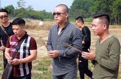 Ca si Tuan Hung cung ban be den tham mo Dat Co hinh anh