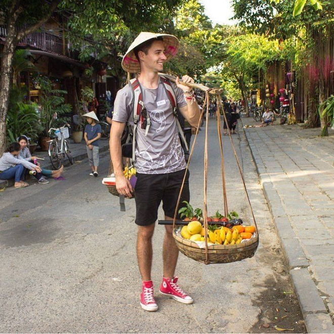 Chang Tay dien trai 'ban hoa qua' o Hoi An hinh anh 1