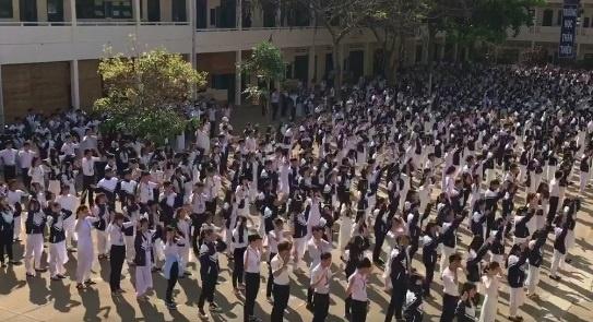 Hoc sinh Gia Lai nhay tap the tren nen nhac 'Bong bong bang bang' hinh anh 1