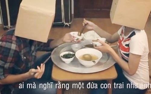 Chang trai doi chia doi 300.000 dong tien moi ban gai ve nha an hinh anh