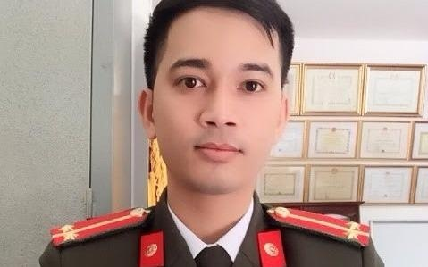 Trung uy cong an day hoc mien phi duoc tang bang khen hinh anh