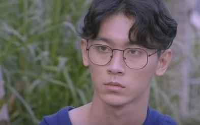 Chang trai deo kinh duoc Min cau hon la ai? hinh anh