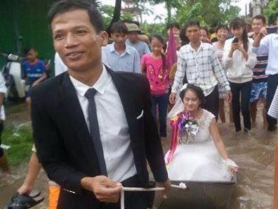 Chu re o Nam Dinh keo thuyen don dau tren duong hinh anh