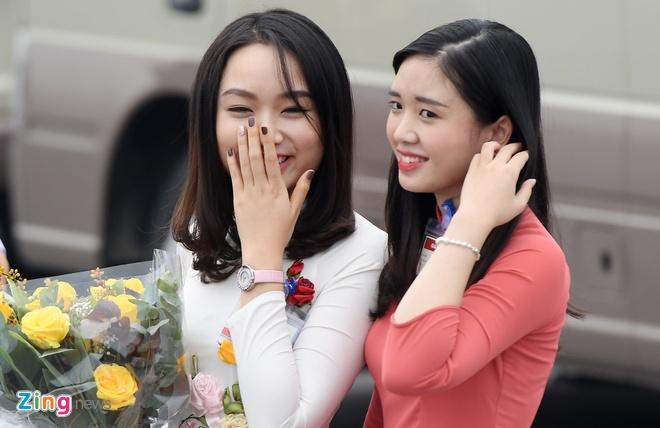 Co gai tang hoa cho ong Tap Can Binh la ai? hinh anh 5
