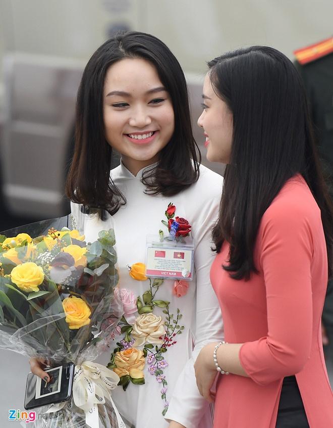 Co gai tang hoa cho ong Tap Can Binh la ai? hinh anh 1