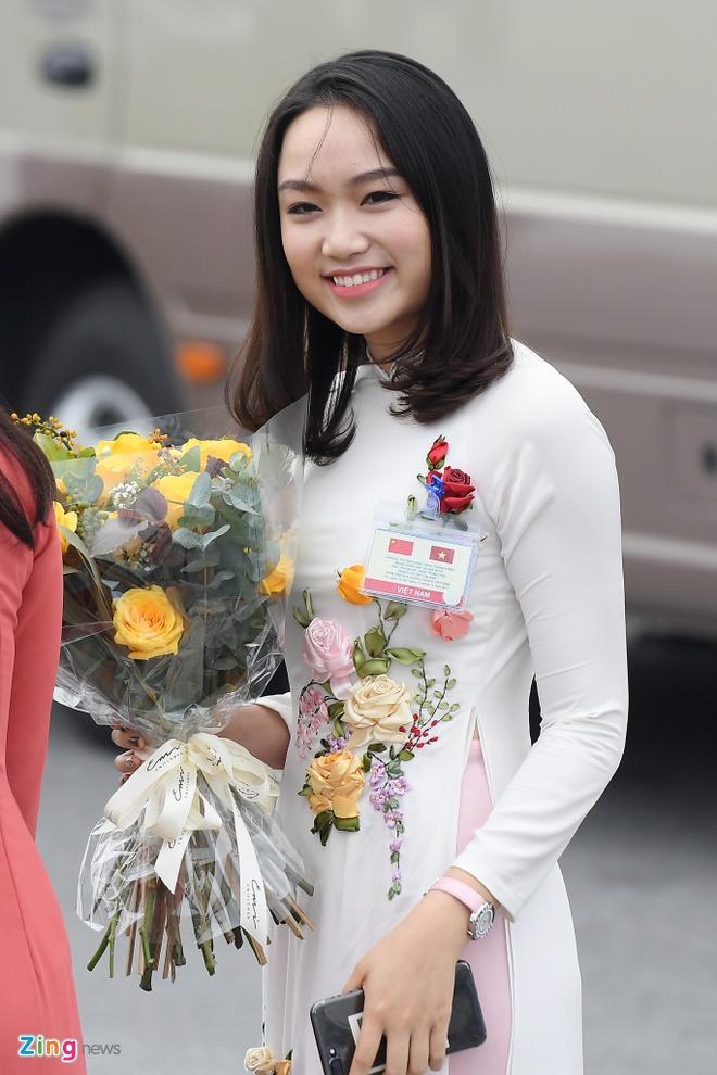 Co gai tang hoa cho ong Tap Can Binh la ai? hinh anh 3