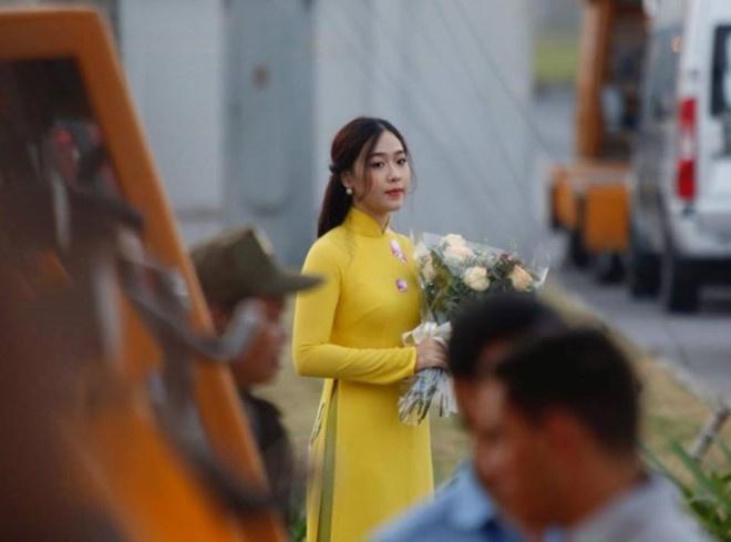 Co gai tang hoa cho ong Tap Can Binh la ai? hinh anh 6