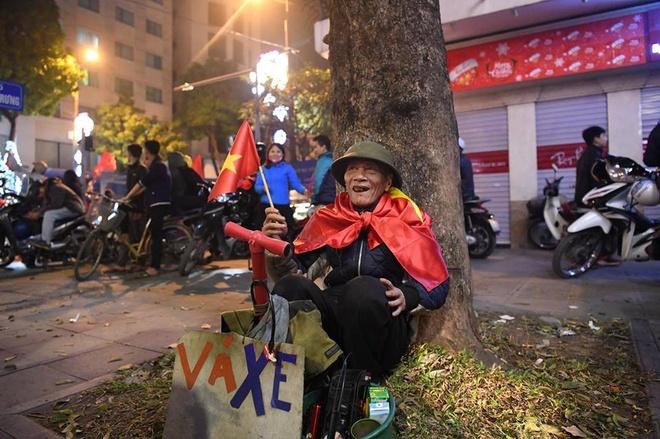 Ông Cụ Vá Xe Nở Nụ Cười Trong Đêm Ăn Mừng Của Bóng Đá Việt Nam. Ảnh: Trọng  Hải.