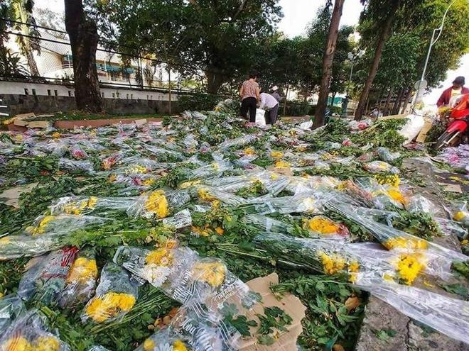 Nhieu cho hoa xa rac la liet chieu 30 Tet hinh anh