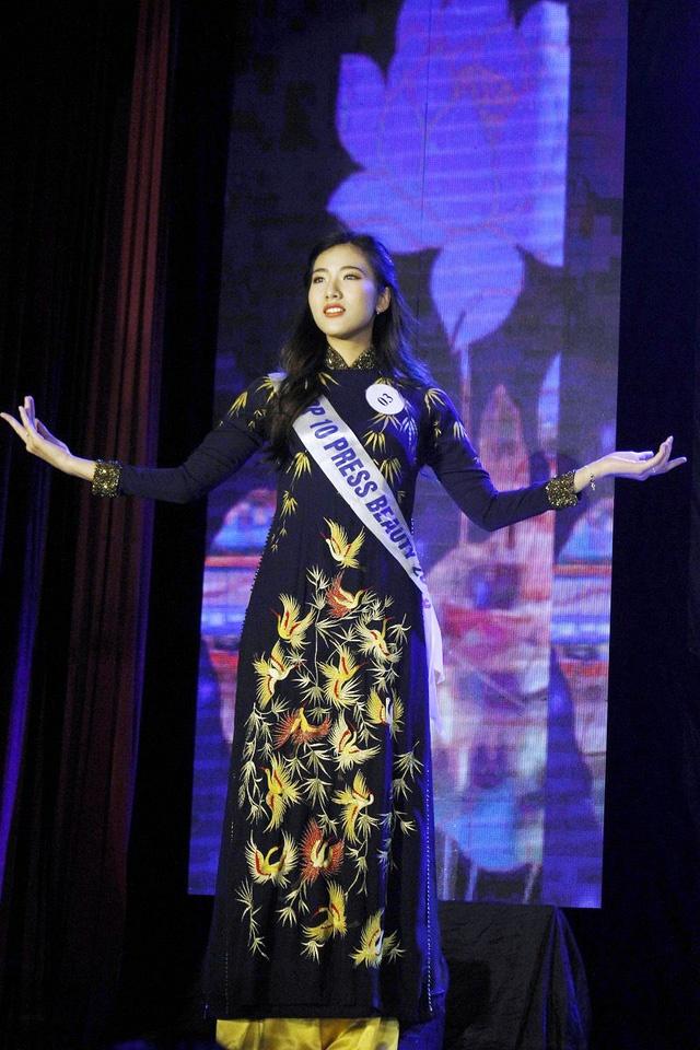Hoa khoi Bao chi cao 1,75 m: 'An tuong voi ban trai hon minh' hinh anh 9