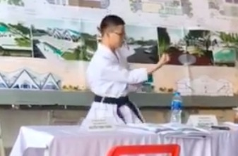 Nam sinh Kien truc mac vo phuc, mua Karate bao ve do an hinh anh 1