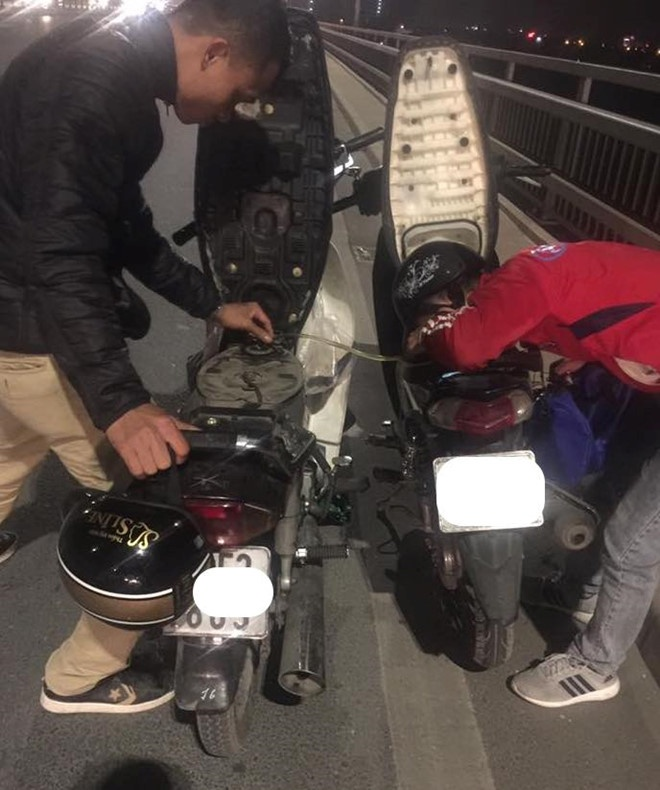 Chang trai lai Grab dung xe hut xang giua duong cho nguoi la hinh anh 3