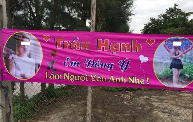 Chang trai Nam Dinh treo bang ron hong to tinh truoc cong co quan hinh anh
