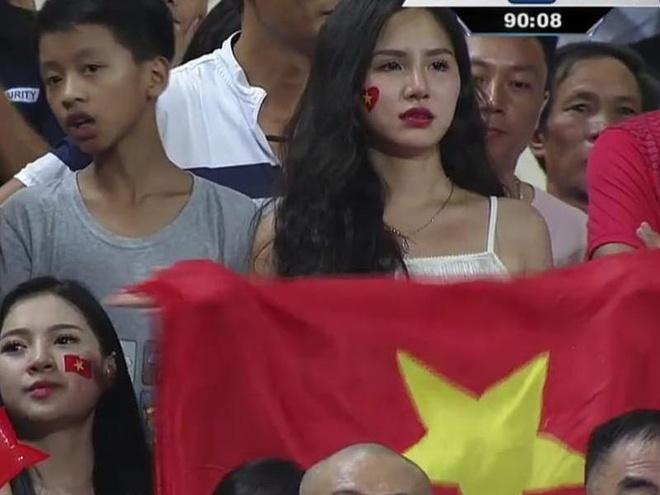 'Hot girl World Cup' gay chu y trong tran U23 Viet Nam - Uzbekistan hinh anh