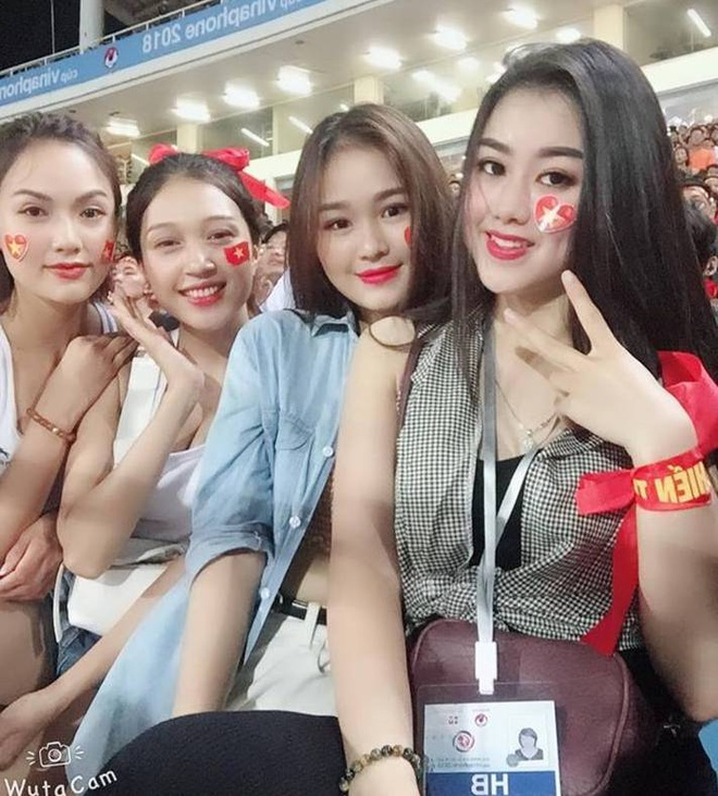 Dan hot girl World Cup bi nem da khi di co vu doi Olympic Viet Nam hinh anh 3