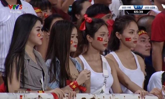 Dan hot girl World Cup bi nem da khi di co vu doi Olympic Viet Nam hinh anh 1