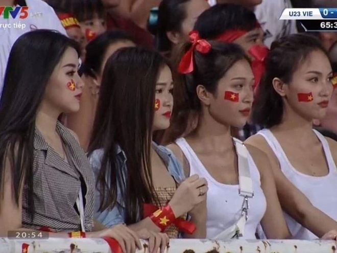 Dan hot girl World Cup bi nem da khi di co vu doi Olympic Viet Nam hinh anh