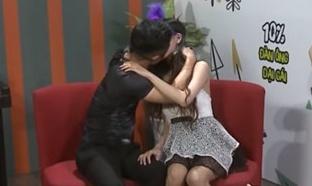 Ngung phat 'Date & Kiss' tren mang sau 2 so dau gay tranh cai hinh anh