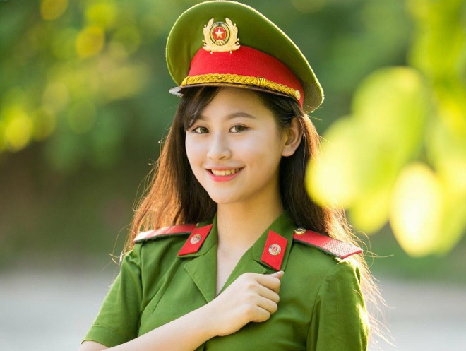 Nu sinh canh sat dang quang 'Imiss Thang Long 2018' hinh anh