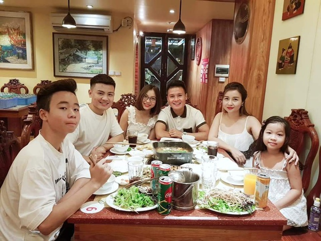 Anh trai Quang Hai co ve ngoai nam tinh, lam tho xam o Ha Noi hinh anh 9